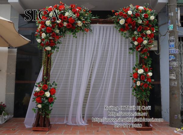 Cổng gỗ kết hoa đỏ