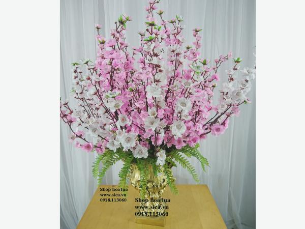 Binh hoa anh đào trang trí phòng khách