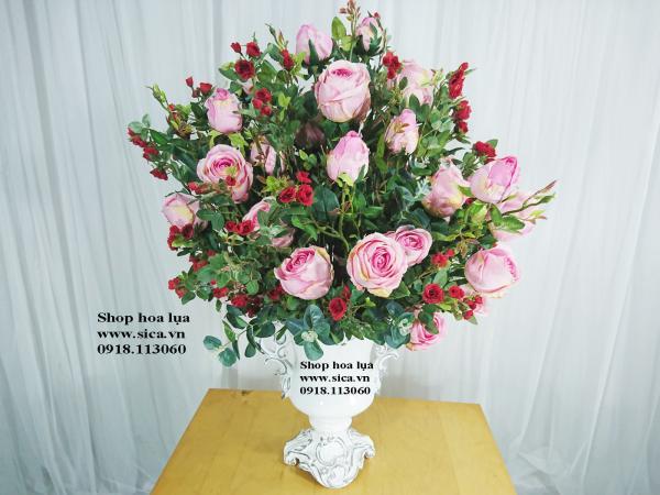 Binh hoa để bàn hoa hồng