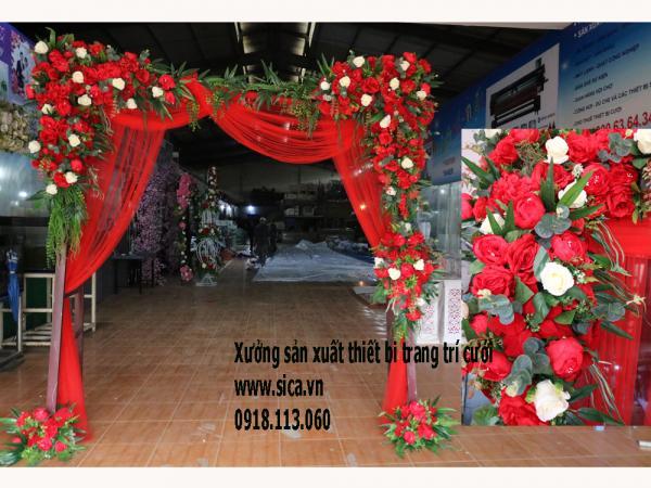 Cổng hoa khung cầu thang, hoa màu đỏ và rèm lụa