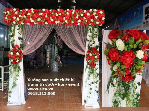 Cổng hoa khung ngang và rèm lụa