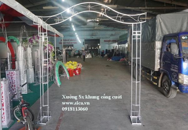 Khung cổng hoa đám cưới kiểu lượn sống chưa khết hoa