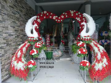 Cổng hoa cưới chim công trái tím